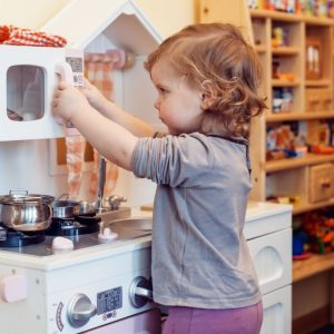 Encourage Imaginative play with the best play kitchens for kids! They will have a BLAST playing with these kitchens and will be so happy. #kids #play #playkitchen #toys #imaginativeplay #breagettingfit